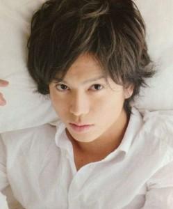 加藤シゲアキがベッドで横pic
